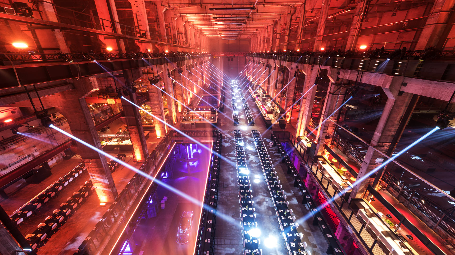 Before the start of the evening event in the Berlin power plant, you can see the set tables from above.