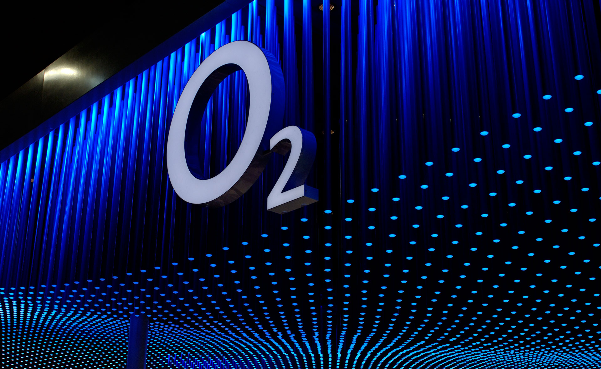 The o2 logo hangs in front of the cloud ceiling that extends over the entire exhibition stand.