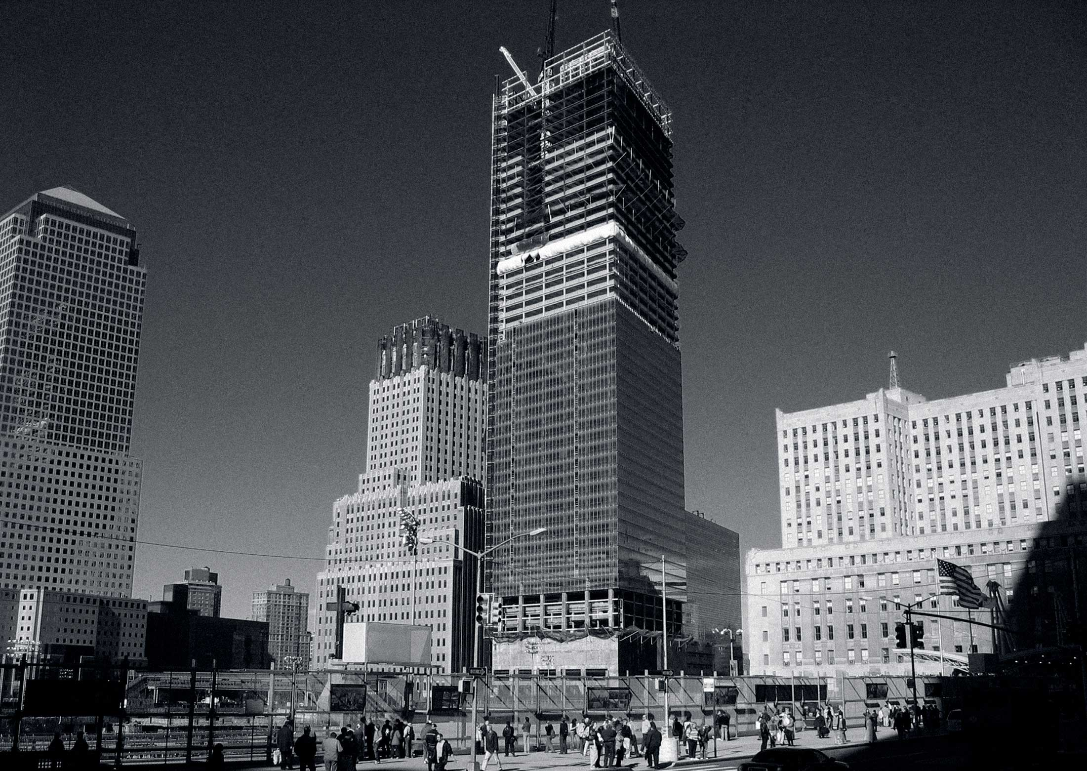 The picture shows the construction site and the shell of the 7 World Trade Center. Here the building is almost half finished.